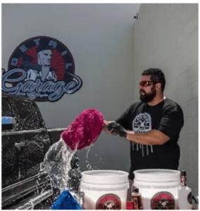 Chemical Guys Waschhandschuh in Gebrauch