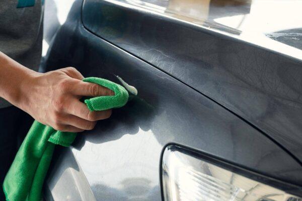 Kratzer im Autolack selbst entfernen